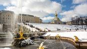 Фонтаны Петергофа забили из снега