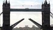 Экскурсионный теплоход на большой скорости врезался в Тауэрский мост