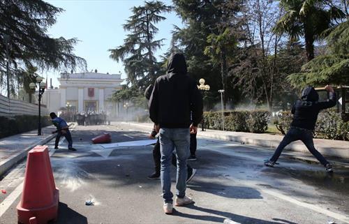 В Албании опять пошли на штурм парламента