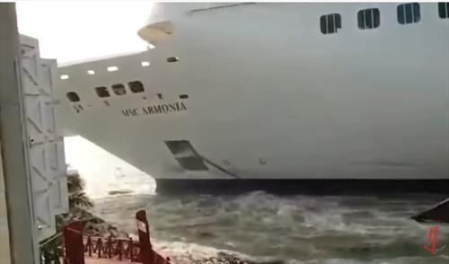 Круизный лайнер протаранил причал