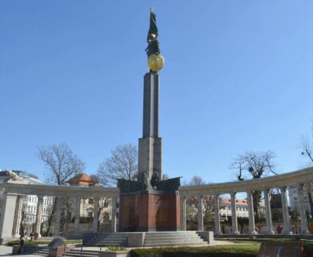 Российские туристы помешали осквернить памятник советскому солдату в Вене