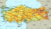 Туристы пристально изучают карту Турции