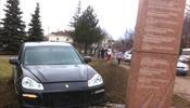 Porsche Cayenne пошел на таран стелы в честь дня Победы
