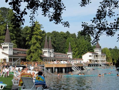 Почему озеро Хевиз притягивает туристов как магнит